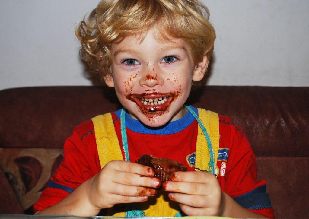 kleiner-junge-lacht-waehrend-kinderbetreuung
