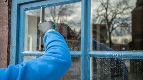 fensterreinigung-eines-kuechenfensters