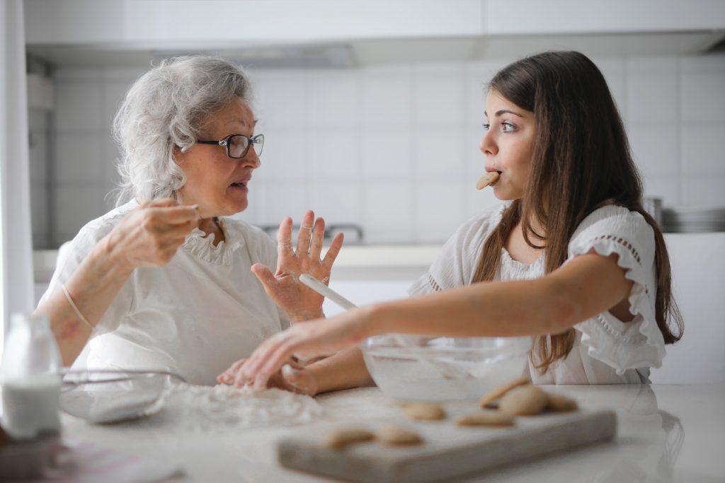 betreuungskraft-backt-mit-seniorin-einen-kuchen